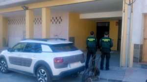Agentes de la Guardia Civil custodiando el acceso al laboratorio.